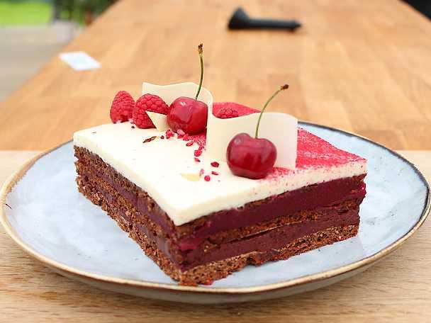 Chokladtårta med färskostmousse, hallonganache och körsbärskompott