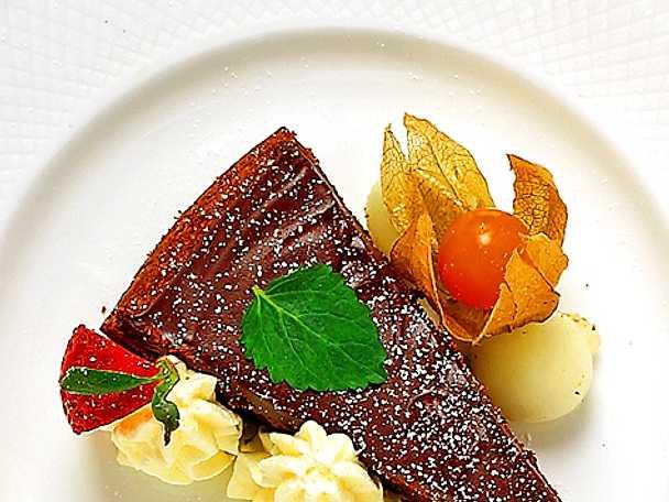 Chokladtårta med grädde och frukt