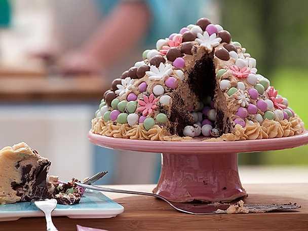 Chokladtårta med smak av saltad karamellfrosting och swiss meringue nougat buttercream