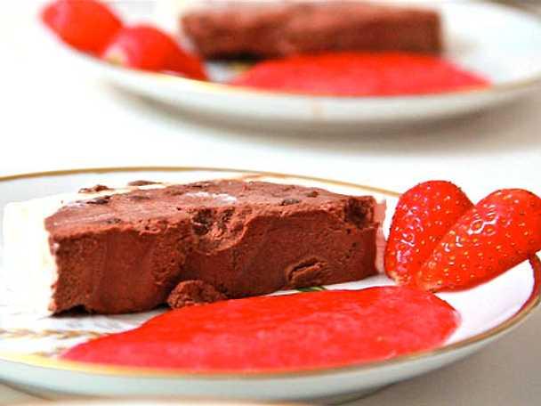 Chokladterrin med spegel av jordgubbsås