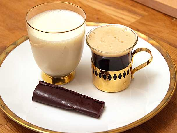 Chokladtryffel med rödbetstonad polkagrisganache