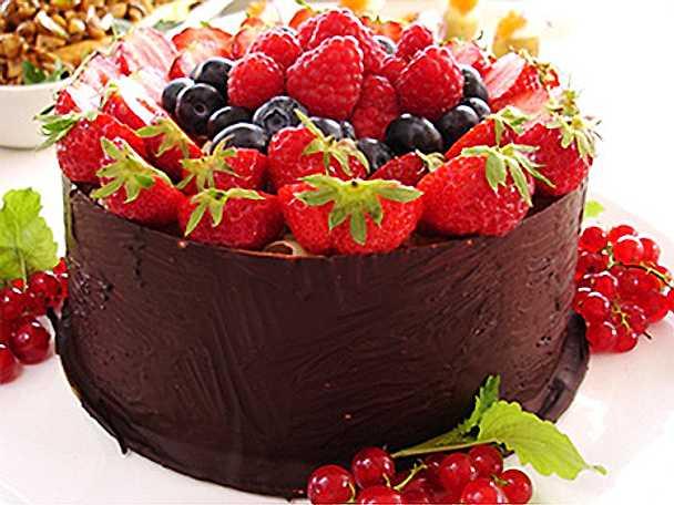 Chokladtryffeltårta med pecannötter och färska bär