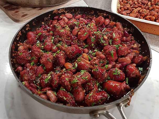 Chorizo kokt i rödvin med böner och persilja