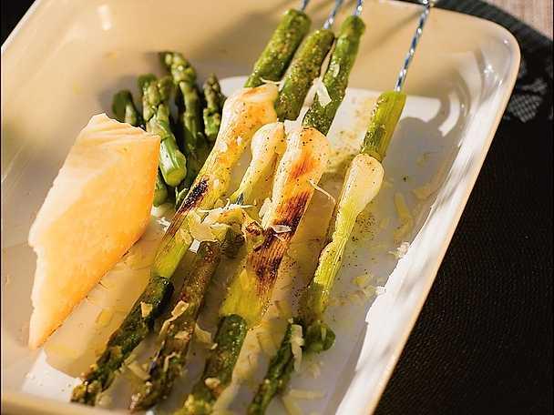 Cipolline ed asparagi allo spiedo - grillad knipplök och sparris