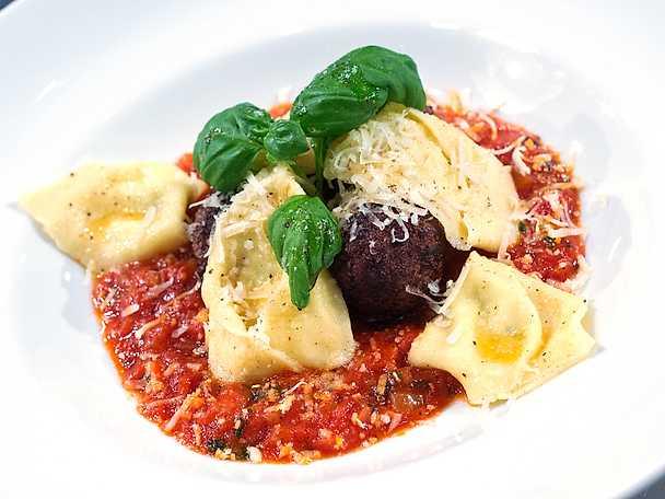 Citron- och ricottafylld tortellini med italienska köttbullar och härlig tomatsås