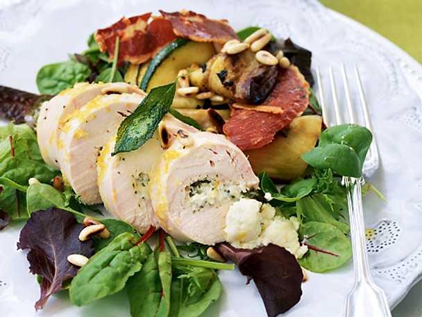 Citron- och salviafylld kycklingfilé och medelhavssallad