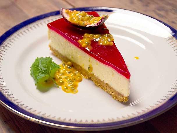 Citroncheesecake med hallontäcke och passionsfrukt