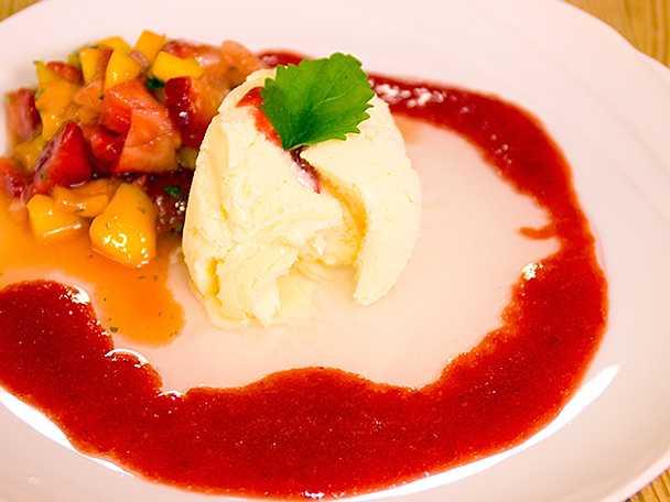 Citronglass med flädersås samt mango och jordgubbar