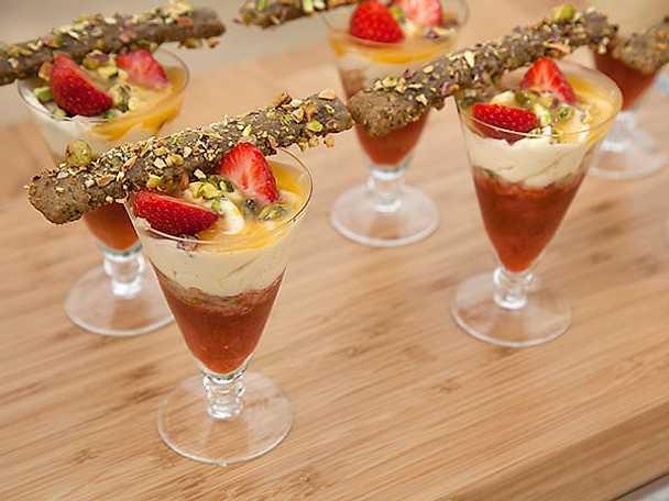 Citronkladdkaka med pistagenötter och rabarber- och jordgubbskompott
