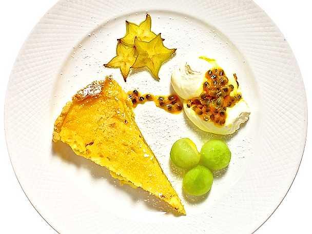 Citronpaj med passionsfruktsgrädde och melonkulor