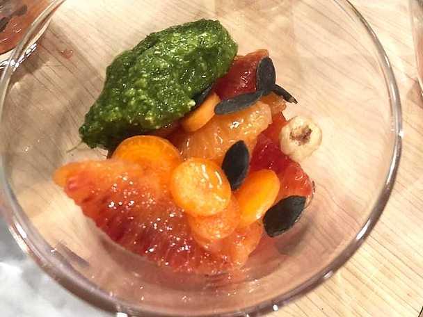 Citrussallad på blodapelsin toppad med pesto på morotsblast