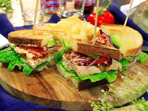 Club sandwich med avokado