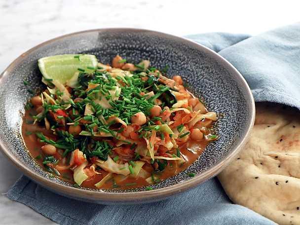Coconut bean curry med vitkål och morötter