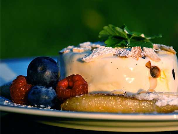 Cognacsflamberade bananer på franskt vis med rostad mandel och hemmagjord vaniljparfait