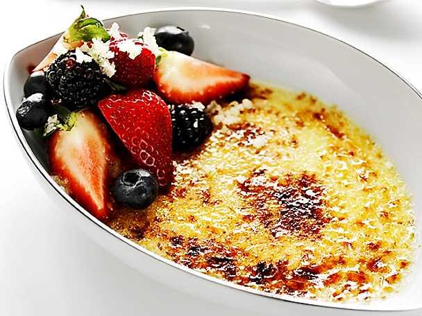 Crème brûlée med limesockrade bär