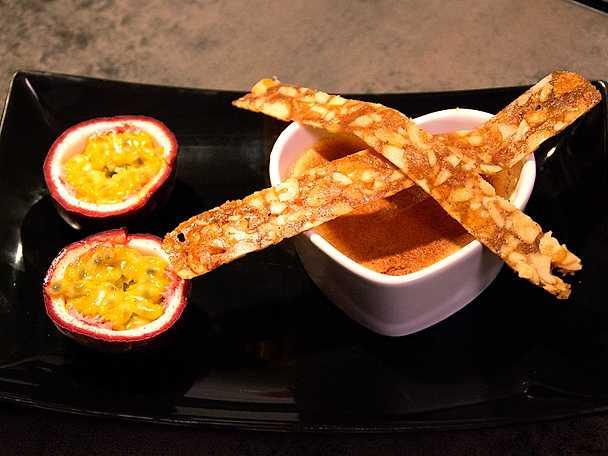 Crème brûlée med mandelnougatiner och passionsfrukt