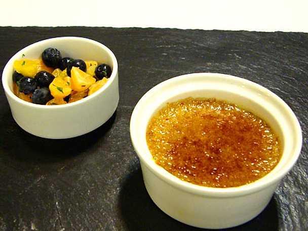 Crème brûlèe med tonkaböna, citrongräs tequilainlagda blåbär och mandarinsallad