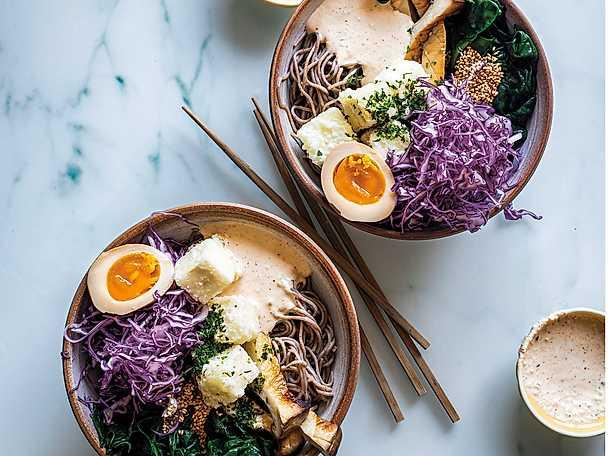 Crispy tofu bowl med sojapicklat ägg