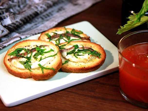 Crostini med mozzarella och sardeller