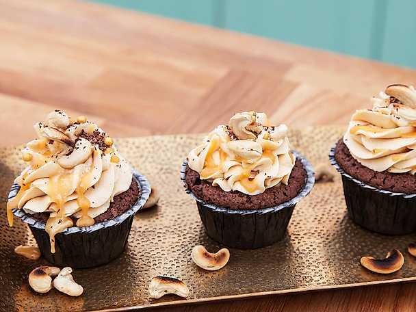 Cupcakes med choklad, kolagömma och salt kolasåsfrosting
