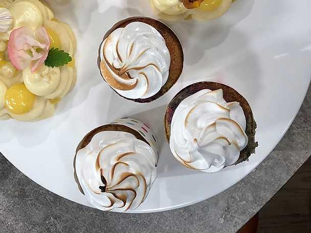 Cupcakes med röda vinbär och schweizisk maräng