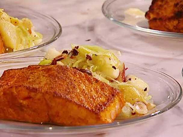 Currystekt lax med äpple- och potatissallad och blomkålskräm