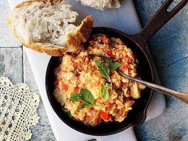 Cypriotisk ägg och tomatröra med halloumi