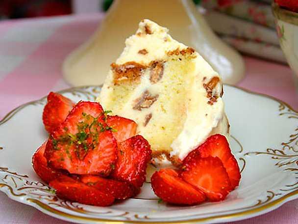 Dajmglasstårta med limesockrade jordgubbar