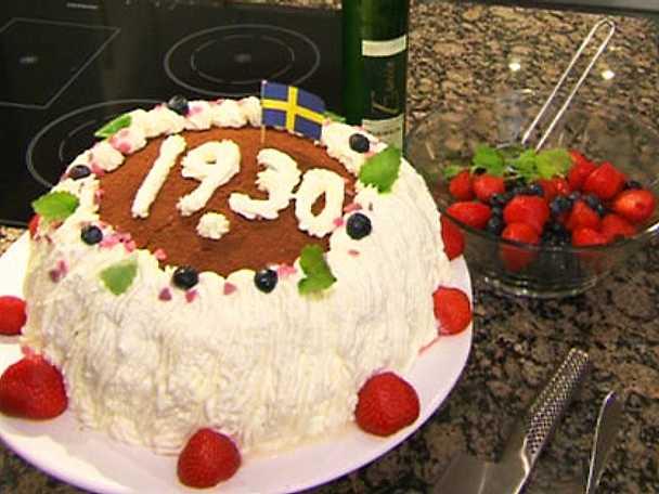 Dansk tårta med blåbär, nötter och jordgubbar