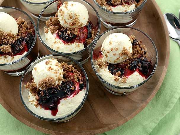 Dessert med färskostkräm, svartvinbärskompott och grahamssmulor