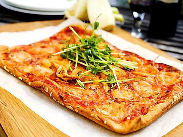 Dinkelpizza med chevre och ärtskott