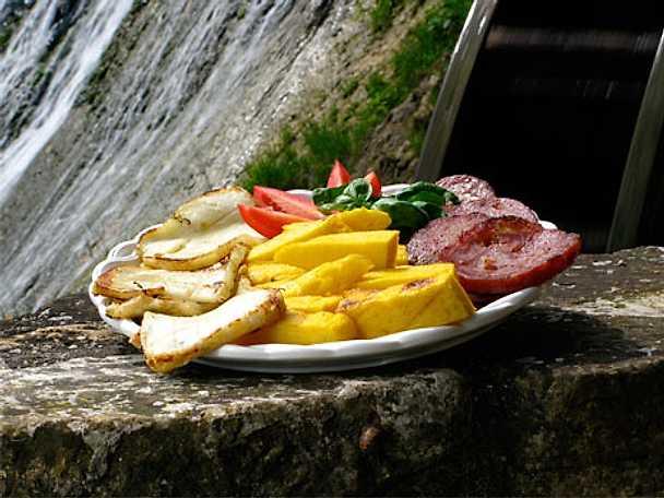 Dobbiaco e soppressa alla griglia - grillade ost- och salamiskivor