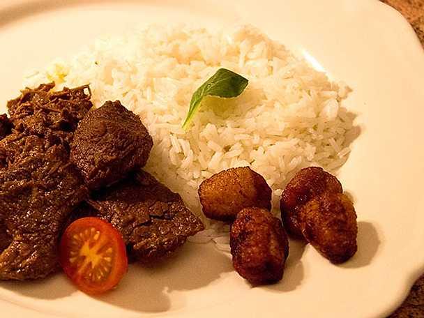 Dominikansk köttgryta med ris och friterad banan med kanel