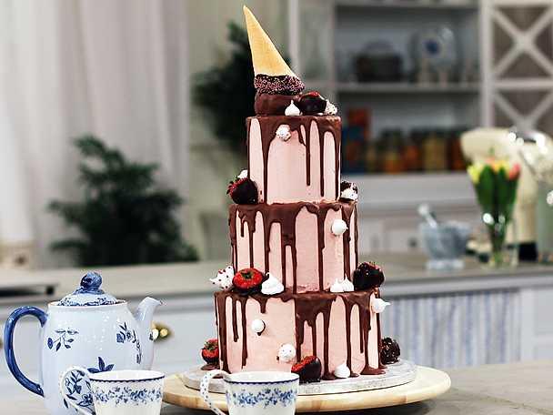 Drip cake med choklad, maräng och jordgubbar