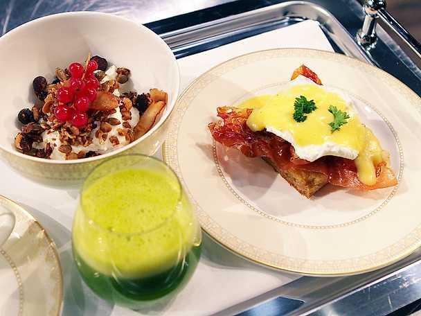 Eggs Benedict, yoghurt med granola och apelsin- och spenatjuice