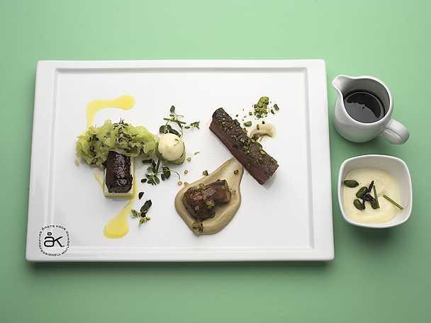 Ekologisk oxe med varm gräddfilsgelé, pistagenöt och timjanskål samt Karl-Johansvamp, bräserad purjolök med potatissenap och citron- och oxsvanssky