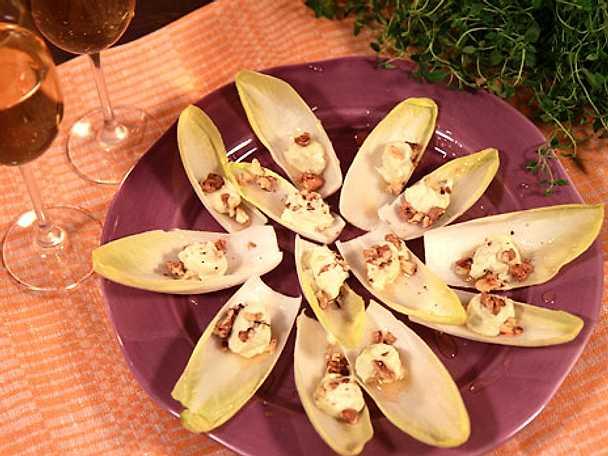 Endive med ädelost och valnötter