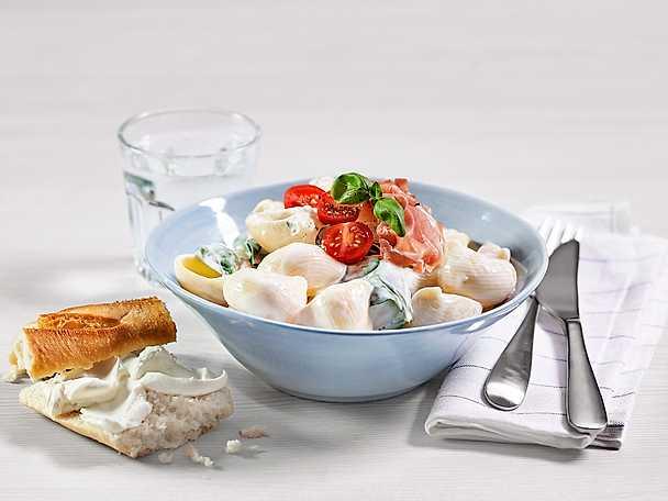 Enkel och krämig pasta med prosciutto och tomat