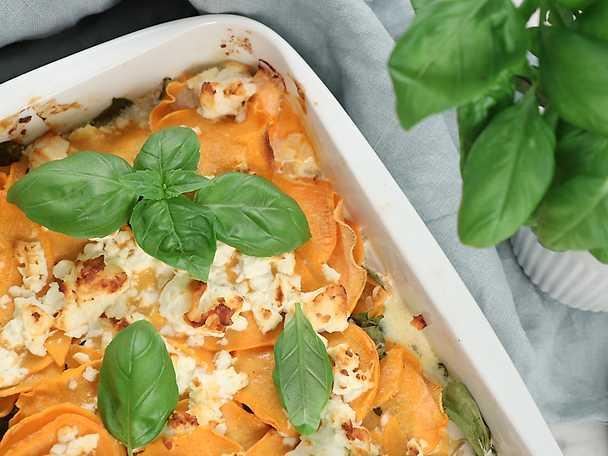 Enkel sötpotatisgratäng med lax, fetaost och tomat & örtsås
