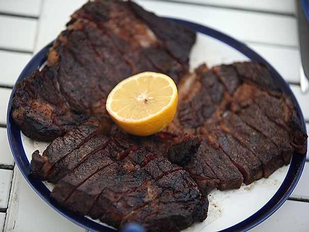 Entrecôte med hashbrown, stuvad spenat, BBQ-sås och bearnaise