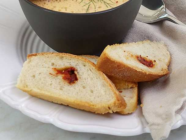 Ernst kräftbröd med tomat och ost
