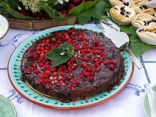 Ernsts chokladiga tryffeltårta med smultron