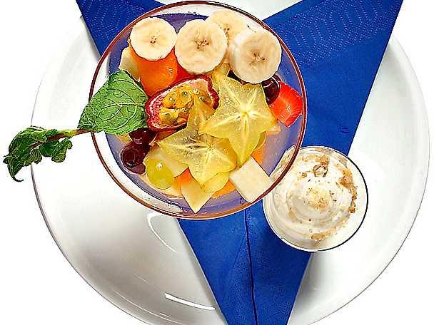 Exotisk fruktsallad med nötgrädde