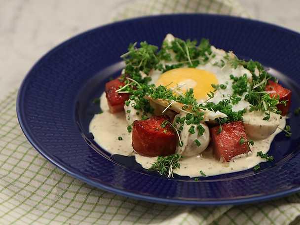 Falukorv med brynt lök, stekt ägg och senapsstuvad potatis