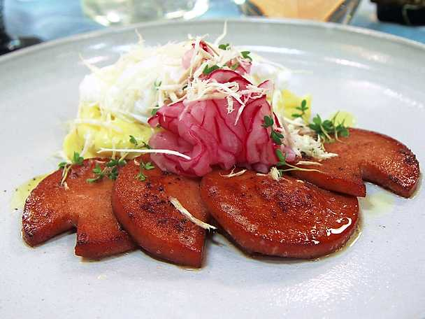 Falukorv med pocherat ägg och picklad rödlök