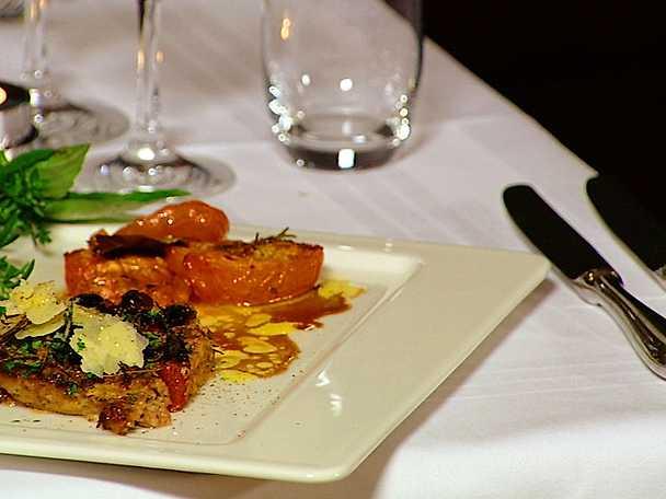 Färsfocaccia med potatis- och selleripuré och ugnsbakad tomatsallad