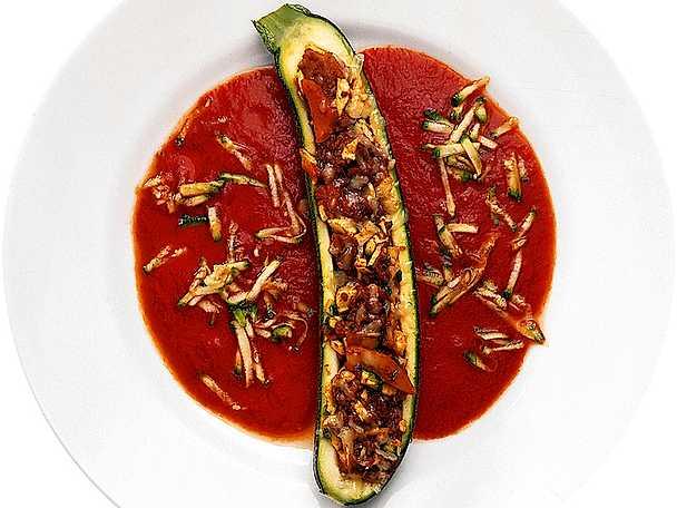Färsfylld zucchini med tomatsås