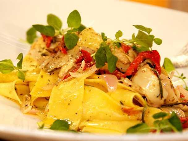 Färsk pasta med inlagda kronärtkockor och riven jordlagrad pecorino ost