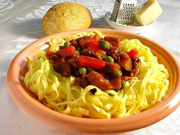 Färsk pasta med kryddig grönsakssås