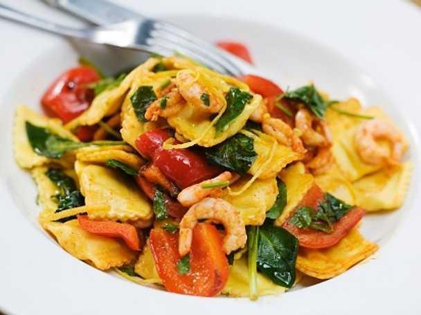 Färsk ravioli med räkor, paprika, persilja och vitlök